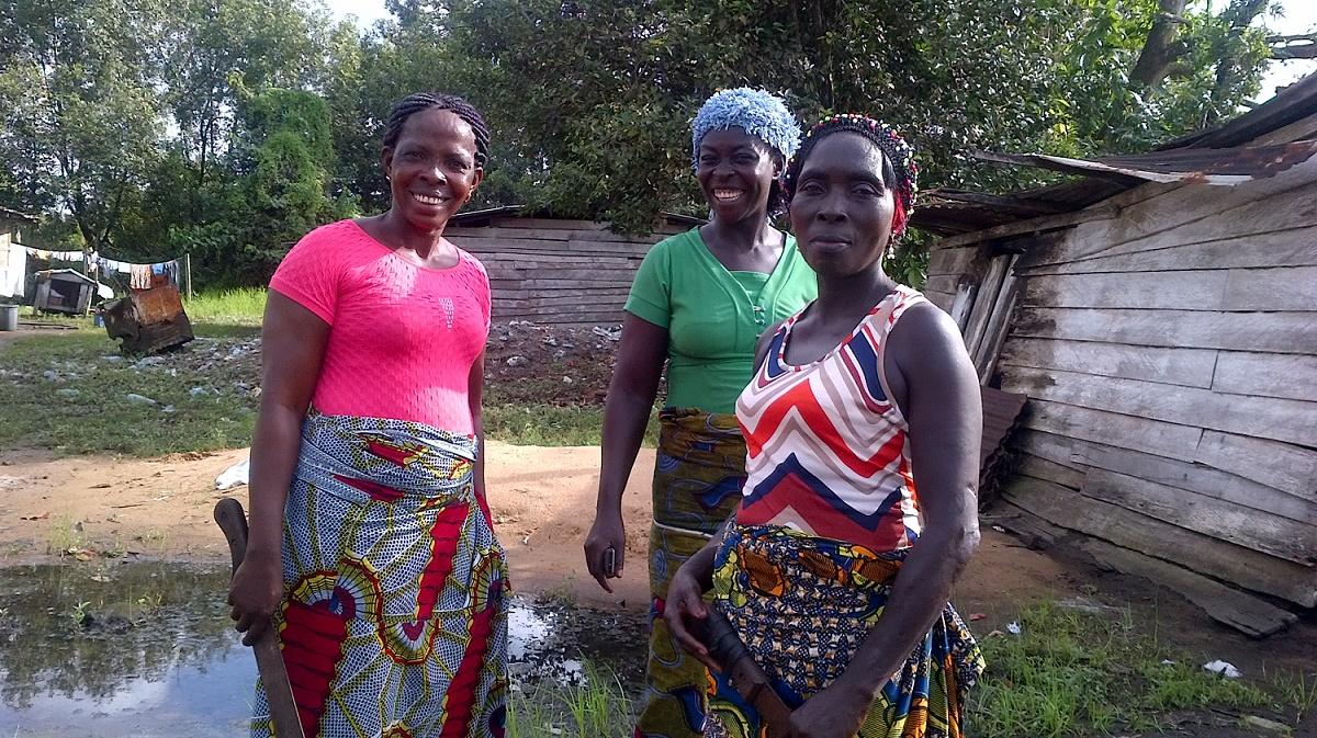 Des femmes de l'île de Manoka se préparent pour les travaux champêtres