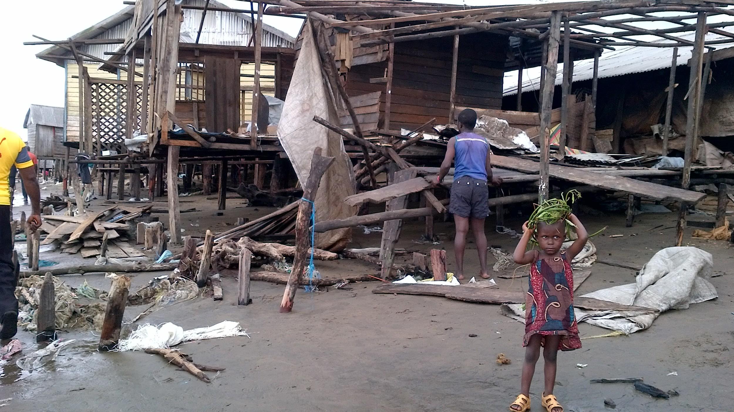 Un village sinistré suite aux inondations. © Madeleine Ngeunga