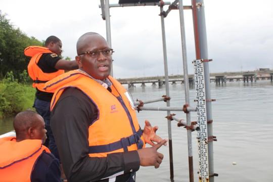 Arnaud Zannou, expert hydrologue du projet SAP Bénin, explique le fonctionnement de la station hydrométrique de Cotonou. © PNUD Bénin