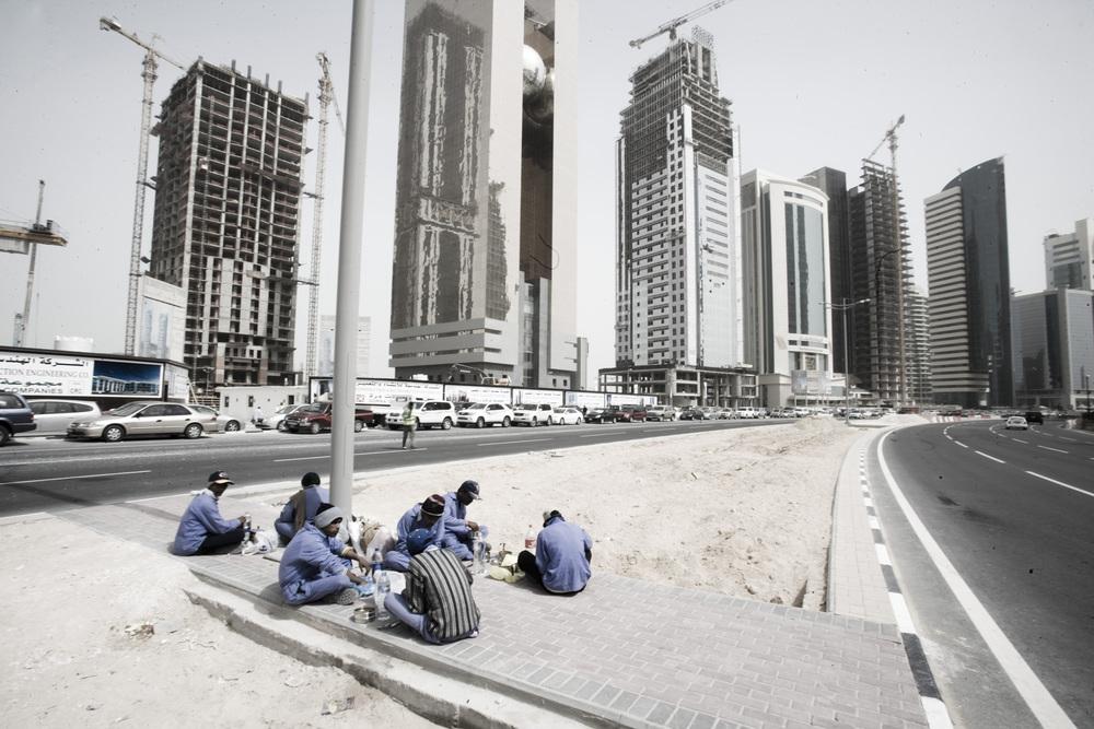 Doha, Qatar. Des travailleurs prennent leur pause repas dans le district financier. © Matilde Gattoni / Novembre 2014