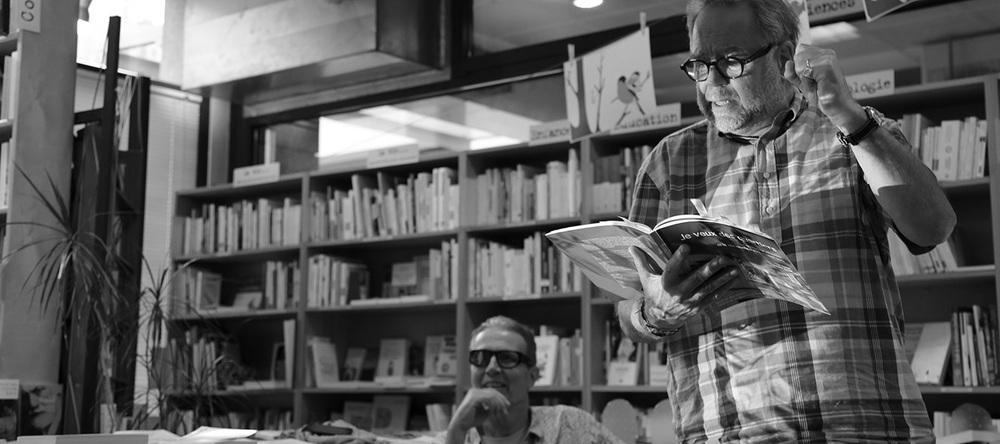 Le comédien Laurent Sandoz lit un passage du livre «Je veux des quartiers», co-signé par Max Jacot (au centre) et sa fille Adèle. @ Charlotte Julie / Genève, 1 octobre 2015
