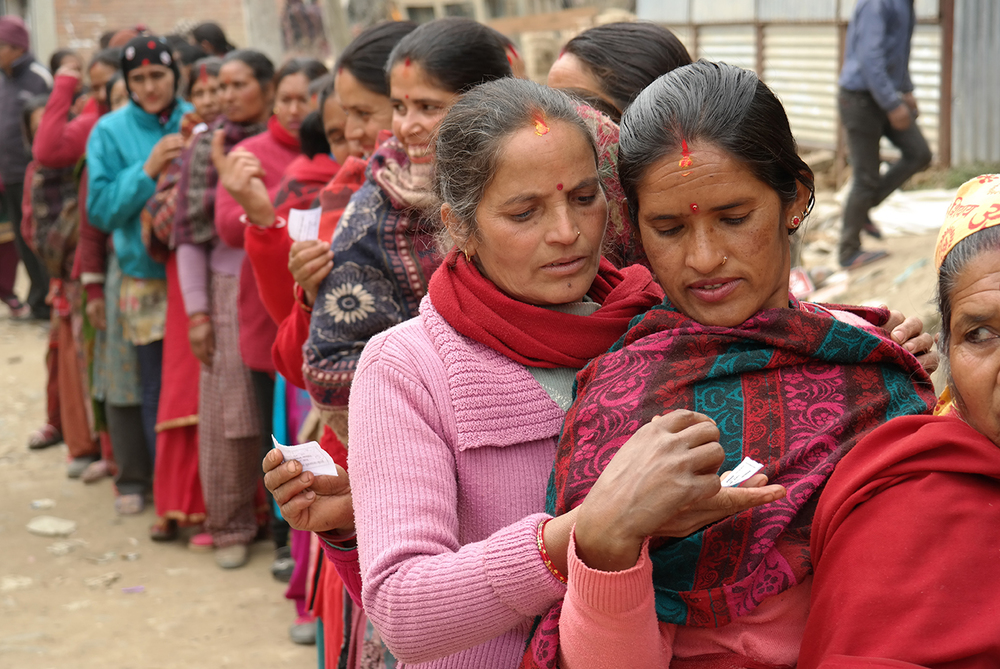 Dans la petite ville Nala, les femmes ayant reçu un numéro qui fixe leur ordre dans la file attendent la distribution de colis humanitaires. © Sandro Pampallona et Paola Bollini / 19 janvier 2016