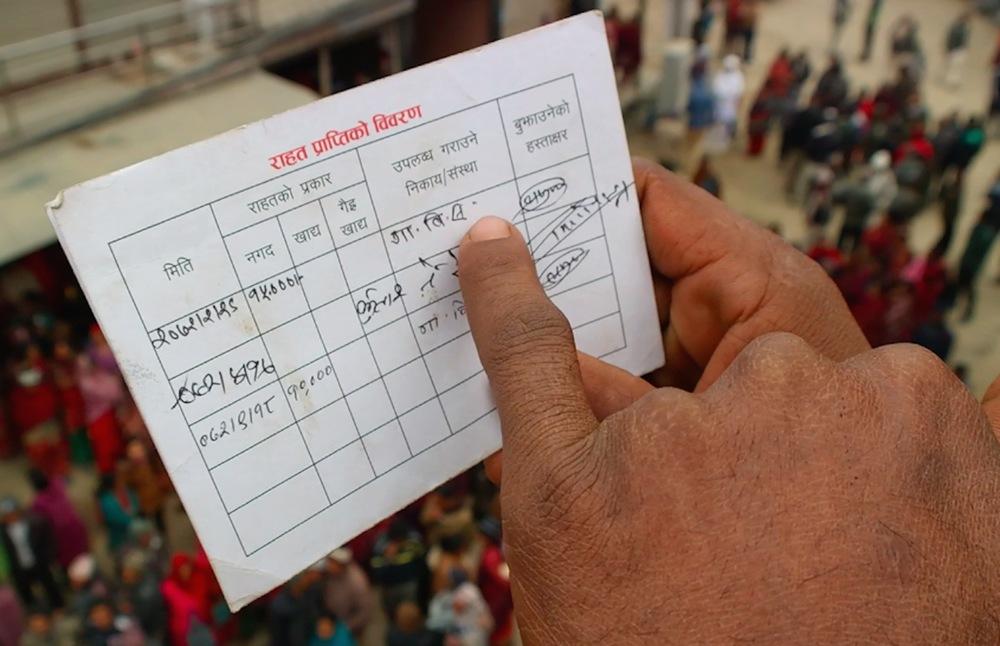 Carte de bénéficiaire avec 15 000 et 10 000 roupies reçues respectivement le 12 juin 2015 et le 2 janvier 2016, chiffres et dates népalaises. © Sandro Pampallona et Paola Bollini / 19 janvier 2016