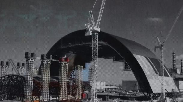 Un sarcophage monumental de 110 mètres de hauteur est toujours en construction sur le site de l'explosion. © DR