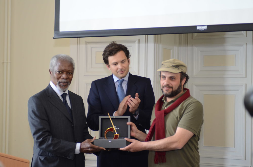 Kofi Annan, Guillaume Barazzone et Hani Abbas. © Fondation Suisse Cartooning for Peace