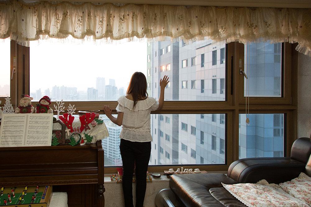 Laarni, femme philippine mariée à un Coréen d'Incheon, habite ici depuis deux ans. À son arrivée, elle ne voyait aucun bâtiment depuis sa fenêtre. © Stéphanie Buret / juillet-août 2016