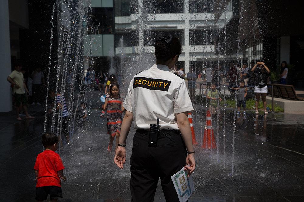 Des gardes de sécurité sont disséminés partout dans la ville, notamment à proximité des lieux fréquentés par les enfants. © Stéphanie Buret / juillet-août 2016