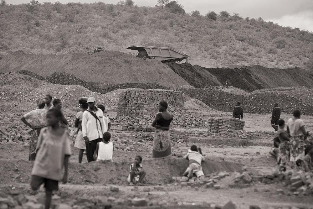 Alors que les mines grandissent jour après jour, les villageois de Bagamoyo tentent de résister en s'opposant aux bulldozers qui exploitent les concessions. la société brésilienne Vale a récemment obtenu l'accord du gouvernement mozambicain pour exploiter les ressources de charbon des environs. © Benjamin Hoffmann / Inediz /Bagamoyo, 18 décembre 2013.
