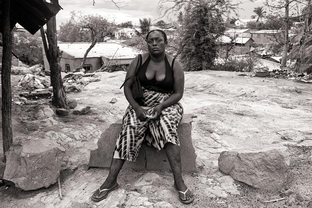 Tendai est Zimbabwéenne. Elles est arrivée dans la région de Tete pour se prostituer et nourrir sa famille resté de l'autre côté de la frontière. L'afflux de nombreux travailleurs attire dans la région des femmes des pays voisins pour le commerce du sexe. Chaque prestation leur rapporte l'équivalent d'un dollar étasunien. © Benjamin Hoffmann / Inediz /Moatize, 19 décembre 2013