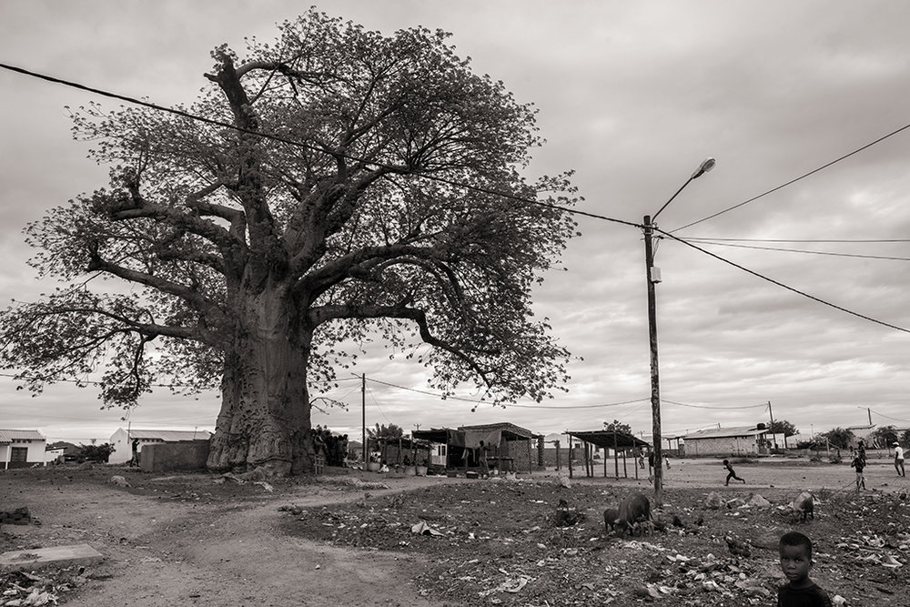 Les conditions de vie sont variables en fonction de la localisation des villages de relogés. Ceux proches des mines sont moins frappés par le manque de travail. D'autres problèmes subsistent, comme la scolarisation des enfants. © Benjamin Hoffmann / Inediz / 25 de Setembro, 21 décembre 2013