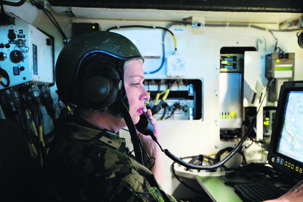 Thoune. Une soldate dans un véhicule muni du système de conduite et d'information des forces terrestres (FIS) © Keystone / Martin Ruetschi / 14 août 2007