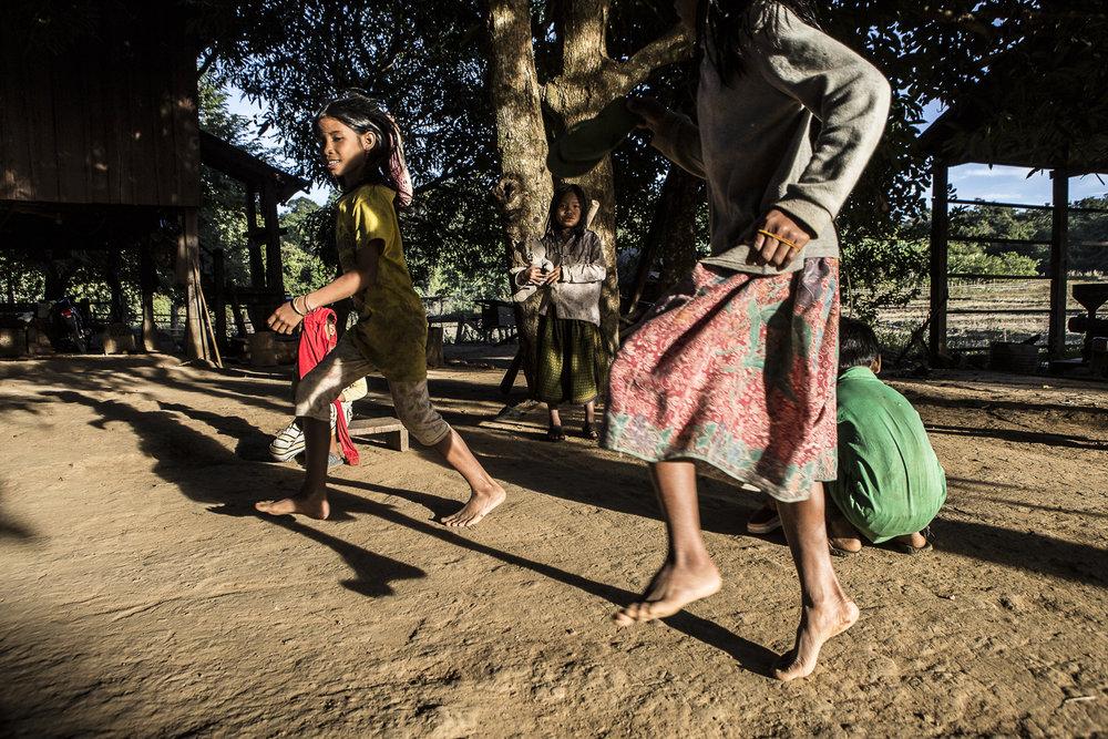 Enfants jouant dans le hameau de Sretung, village de Puokes, à quelques dizaines de kilomètres de Sen Monorom, Cambodge. © Alberto Campi / 18 janvier 2017