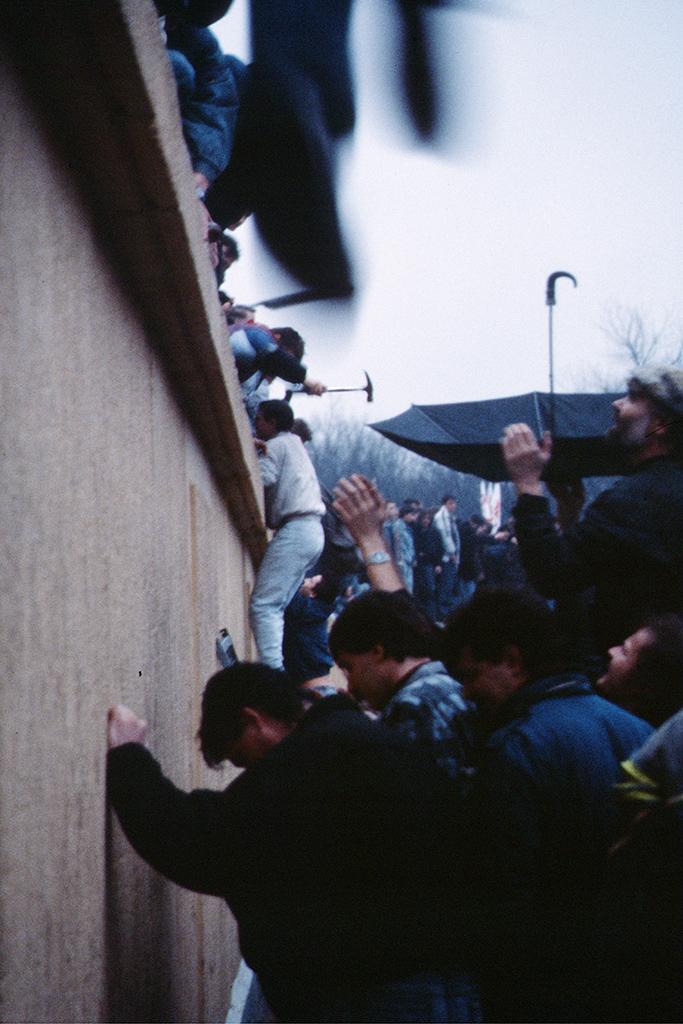 La chute du mur de Berlin. © Courtesy Raphaël Thiémard / novembre 1989