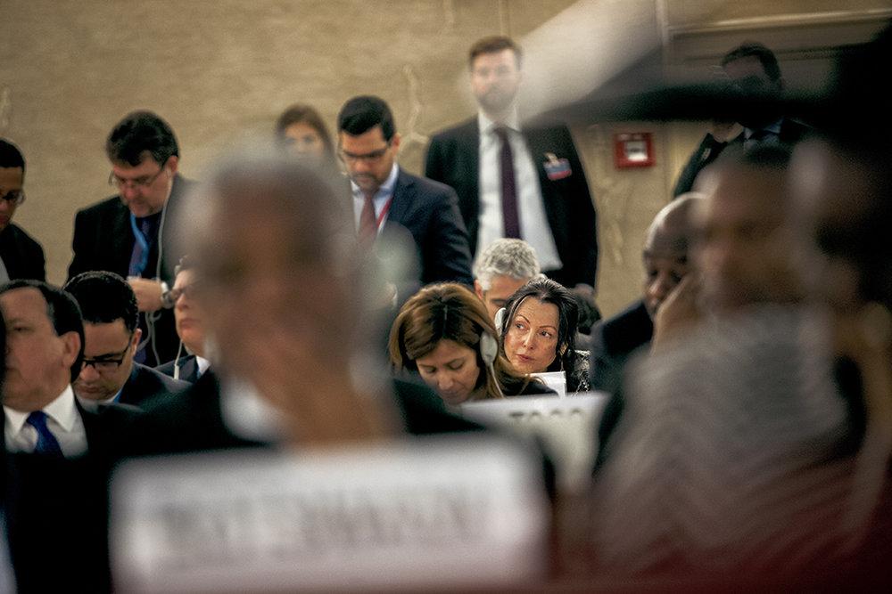 Aviva Raz Schechter, l'ambassadrice israélienne à l'onu, écoute attentivement le discours du président palestinien Mahmoud Abbas au Conseil des droits de l'Homme. © Alberto Campi / Palais des Nations unies, Genève, 27 février 2017