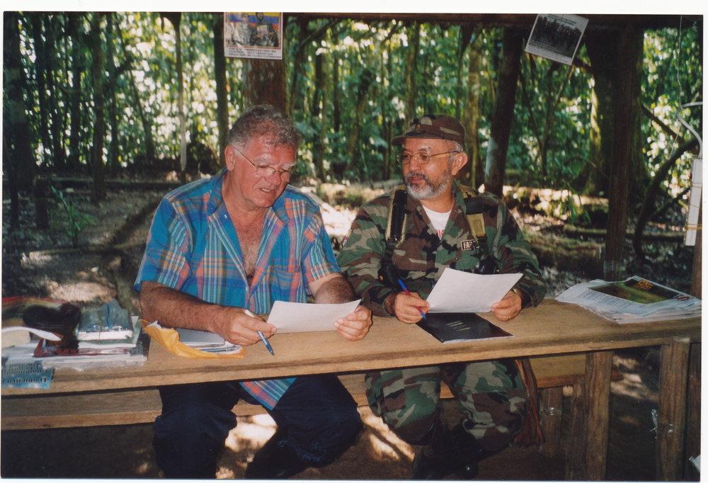 Jean-Pierre Gontard avec Raul Reyes, numéro deux des FARC, tué par l'armée colombienne en 2006. © Courtesy Jean-Pierre Gontard.