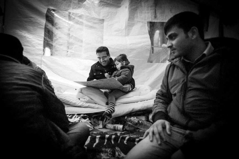 Le collectif des Afghans prend soin des enfants présents dans l'église du Béguinage. © Alberto Campi / Bruxelles, 12 décembre 2013