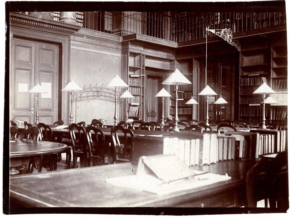 Bibliothèque publique et universitaire à Genève. La salle de lecture avant 1905, à l'emplacement de l'actuel accueil et service de référence. © Bibliothèque de Genève