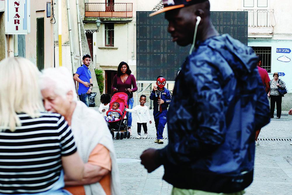 Dans les rues des villages calabrais, les migrants et les locaux se croisent mais ne se mélangent pas. © Magali Girardin / Septembre 2017