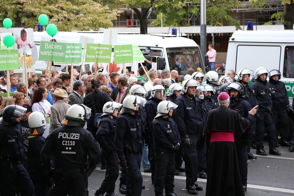 Manifestation anti-IVG sous protection policière. © Fabio Lo Verso / Berlin, septembre 2015