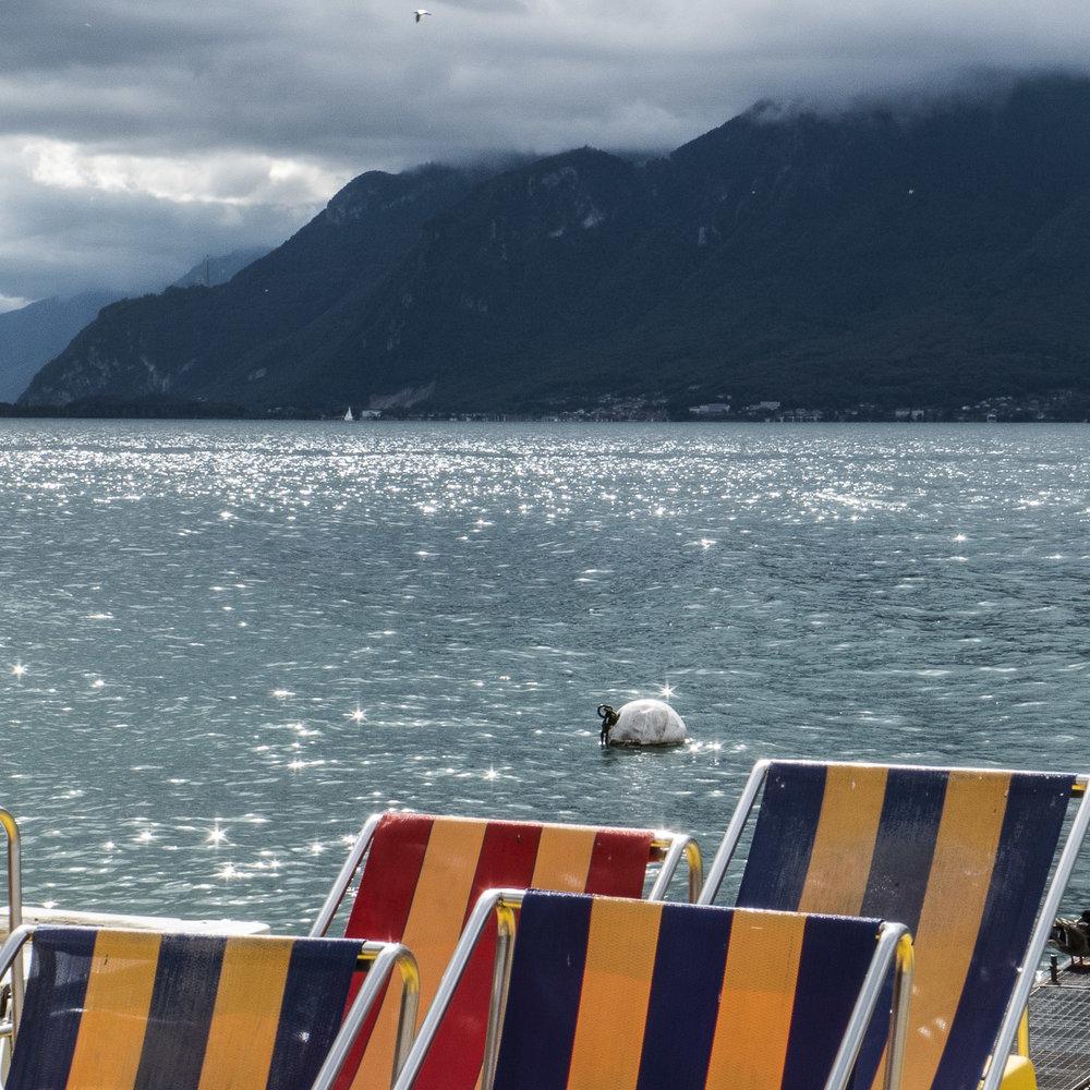 Une identité romande plutôt bienveillante, de celles qui poussent à se prêter un tube de crème solaire sur une plage. © Alberto Campi / Vevey
