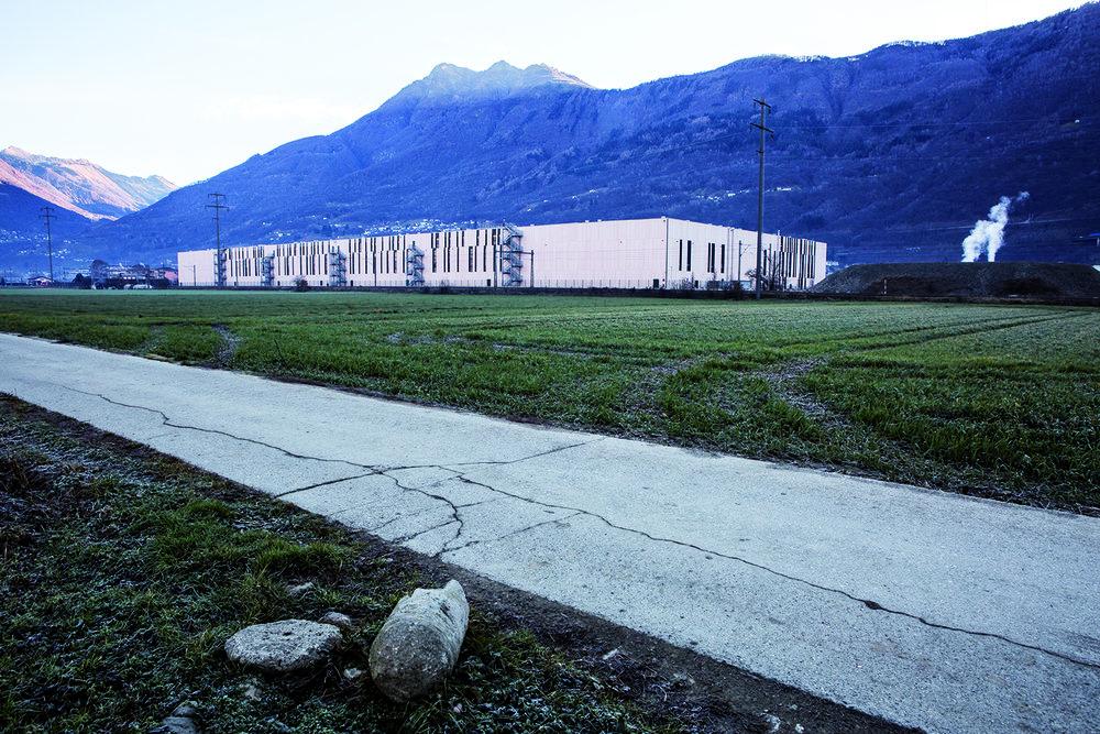 La multinationale Kering occupe à Sant'Antonino un énorme bâtiment rose. Pas de logo, rien qui indique la nature des marchandises transitant dans cet entrepôt. © Alberto Campi / 17 décembre 2015