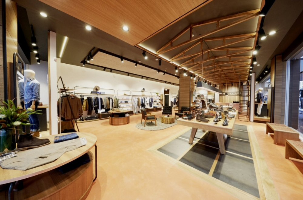 The Auckland flagship store features the award-winning interior concept, developed in partnership with leading experiential retail design agency, e2.  Reflecting the craft of Australia, the store is reminiscent of visiting a heritage wool shed in the open plains of Australia. Featuring a unique timber shop front and a long boot display table with copper plaiting, complimented by steel framework for product to hang on that has been inspired by traditional stockyard fencing.