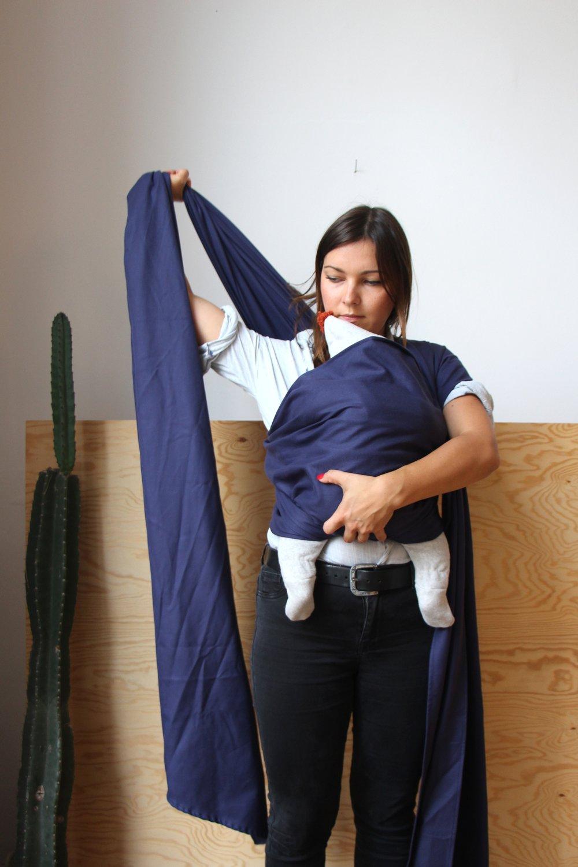 Darauf achten, dass das Baby den Kopf zur Seite gedreht hat, nachziehen und...