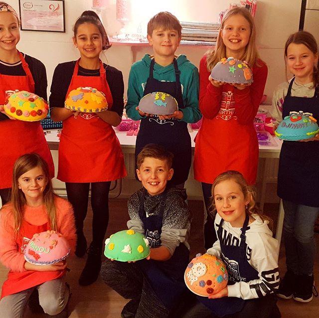 Wat een leuke, enthousiaste groep was er vrijdagmiddag voor een kinderfeestje. En wat een prachtige boltaartjes  werden er weer 'in elkaar geknutseld'!