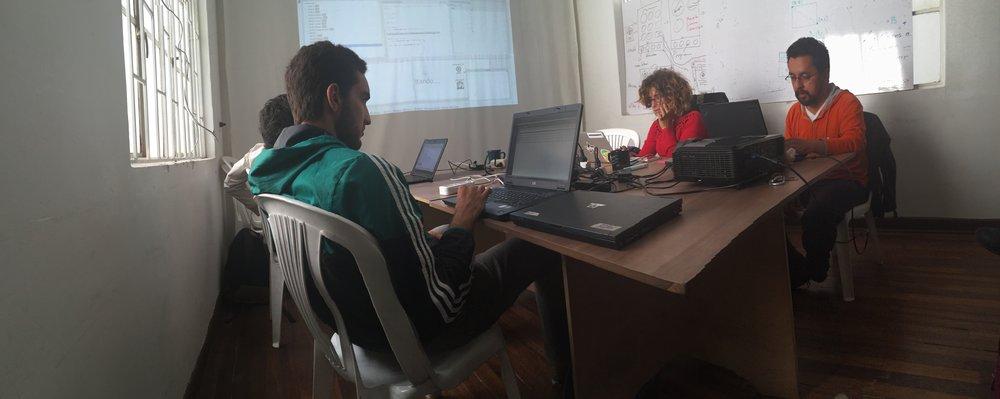 Una sesión de trabajo del Dataweek (Offray es el del buso naranja).