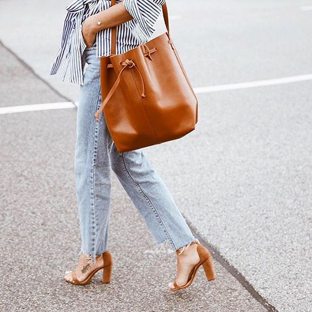 Happy Tuesday! City chic with our big bucket bag! Photo by lovely @fakander . . . . #moyimoyi #bucketbag #lifestyle #minimalism #fashion #simple #style #simplicity #ootd #timeless #beauty #handbag #handmade #ethicalfashion #sustainablefashion #sustainable  #sustainableliving