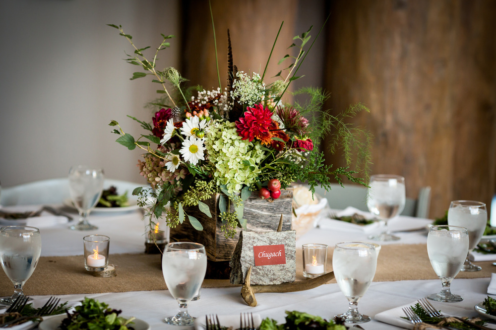 mountain_theme_rustic_wedding_table_centerpiece