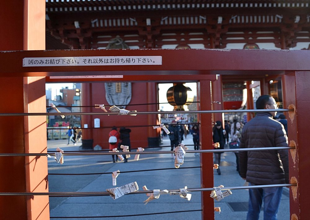 5) Tie the omikuji to a wire so the fortune has a greater effect