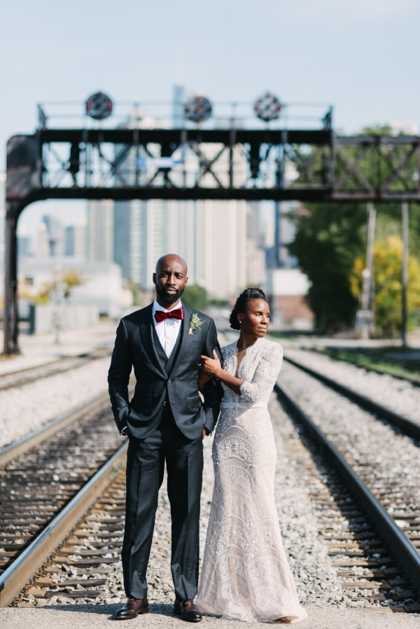 bride and groom wedding day photo ideas in downtown Chicago