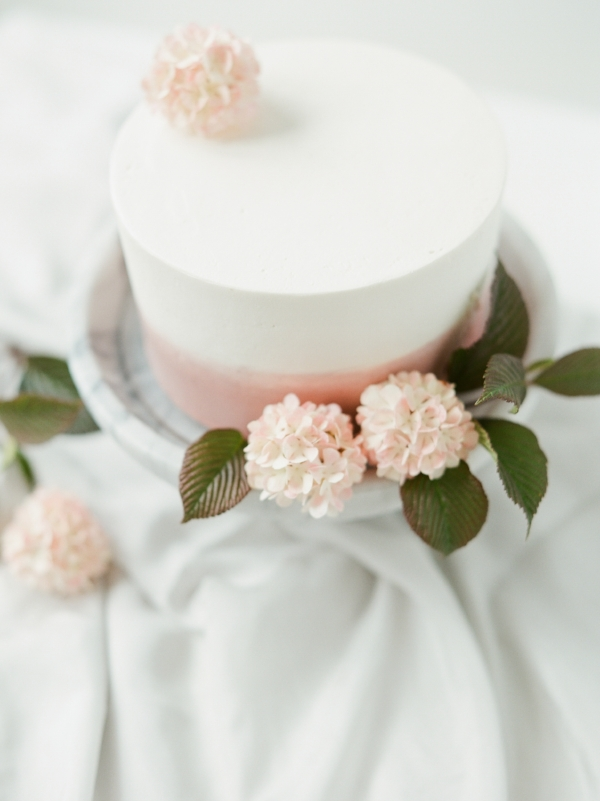 Minimal wedding cake inspiration with fresh flowers by Foraged Floral