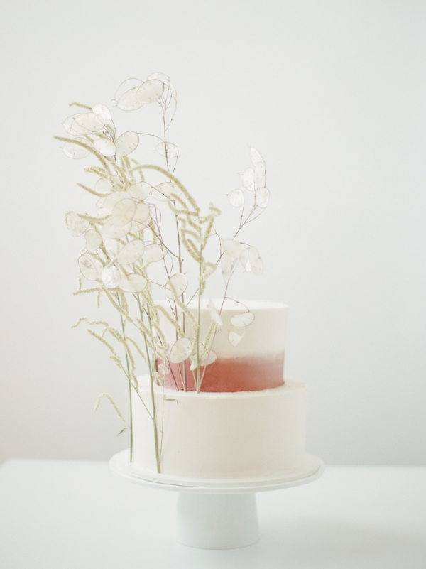 Modern and minimal wedding cake inspiration with fresh and dried flowers by Foraged Floral