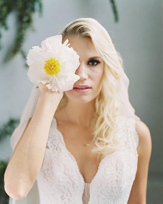 Peony love 💛 ⠀⠀⠀⠀⠀⠀⠀⠀⠀ photo @amandakphotoart  flowers @foragedfloral  HMU @austieeckley  dress @thewhitedresspdx  model @kassekayyy