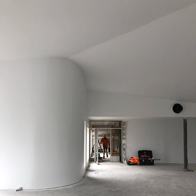 First coat of paint at @milledge_lane transforming the curves and the raked ceiling👌 . . . #architecture #architecturephotography #architecturetasmania #launceston #construction #nowleasing #office #commercial #commericalarchitecture #white #lexiconhalf