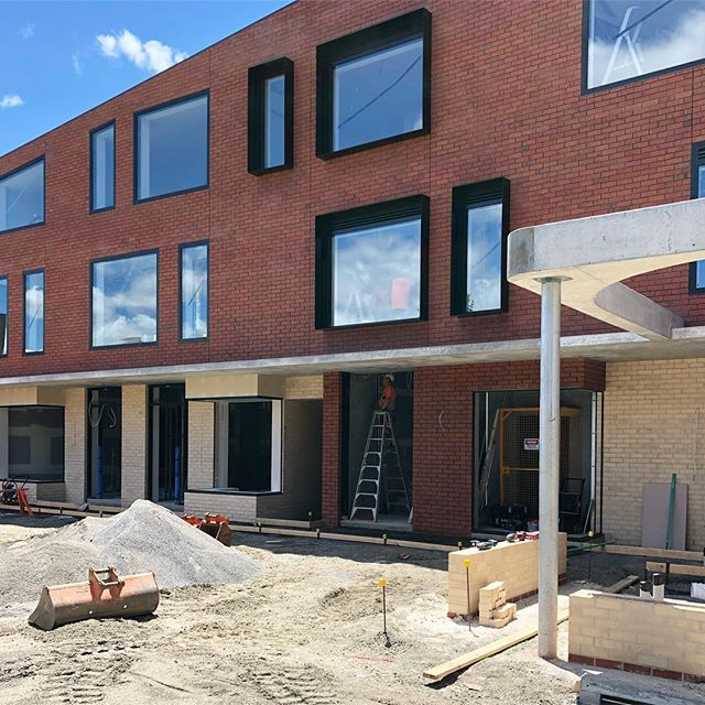 Reflections and finishing touches. #MilledgeLane . . . #launceston #launcestontasmania #tasmania #construction #building #brick #concrete #glass #windowbox #curve #earthworks #reflection #blueskies #retail