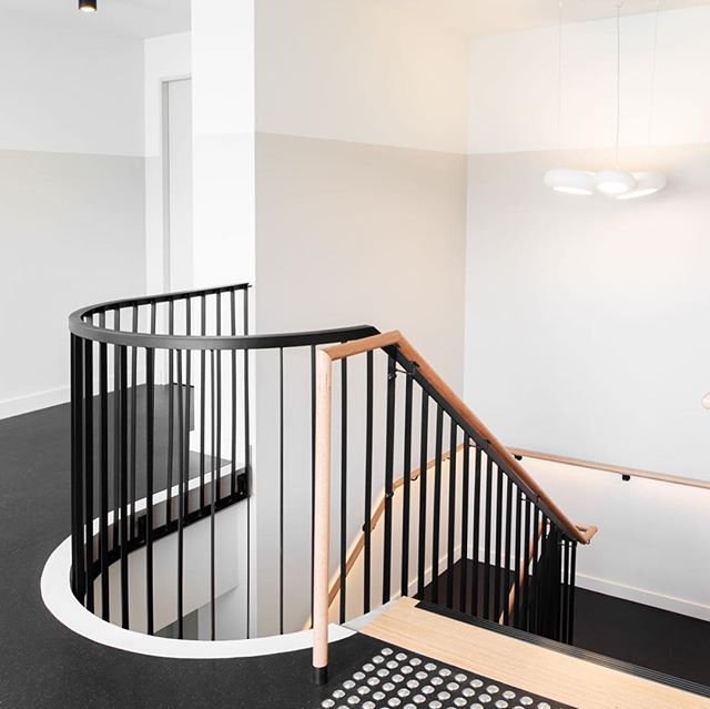Enjoying the details at our recently completed @milledge_lane . . . #steel #balustrade #timber #curve #twotone #concrete #stairs #interior #interiordesign #architecture #architectureaustralia #architecturetasmania #launceston #launcestontasmania #tasmania 📸 @anjieb.photo 😍
