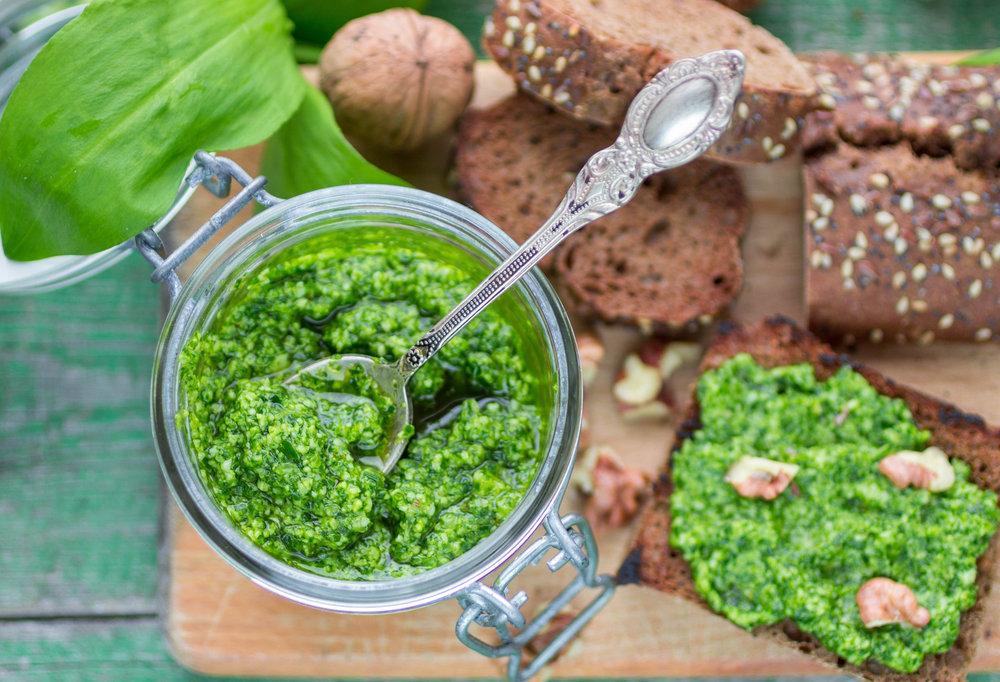 Das frische Pesto passt gut zu Pasta, auf Spargel, Fleisch oder direkt auf's Brot und hält sich im Kühlschrank einige Monate.