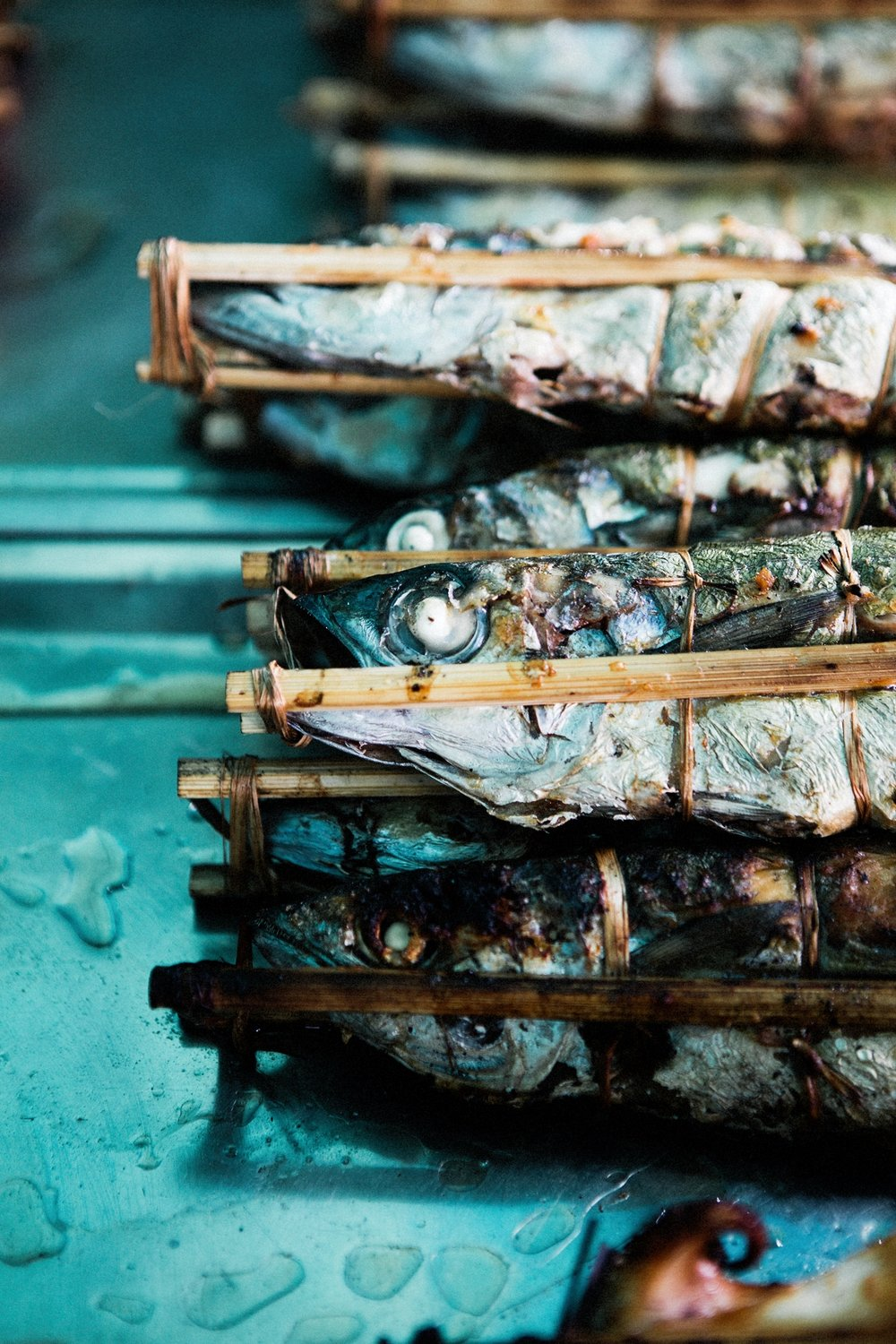 You can also buy barbecued fish at the market and enjoy it together with the crab