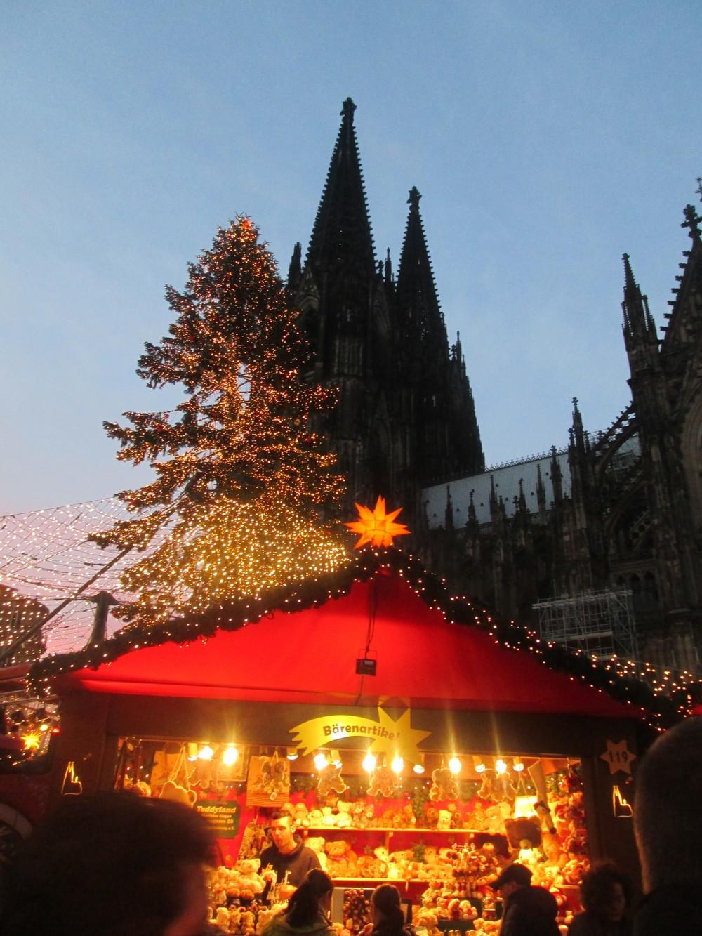 Bärenartikel (bears and accessories, essentially) stand at the Weihnachtsmarkt with Kölner Dom in the background