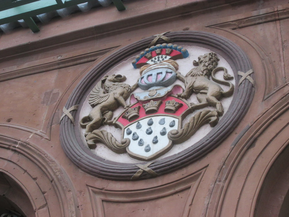 Seal above the entrance to Düren Bahnhof, featuring the crest of Köln (red and white shield featuring three crowns).