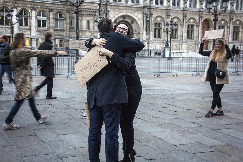 France_Paris_FreeHugs_01_webuse.jpg