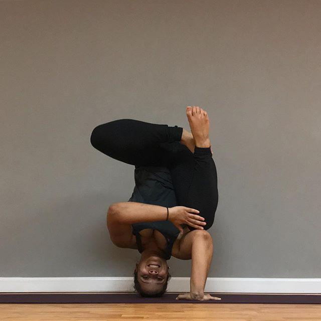 A geometrically fun, pop up tripod headstand variation for today's #yogisbestof2017. 📷@ms.j.rising, 🎉👯 (cheering squad) @pons_yoga @zainayoga · · · Hosts and sponsor: @victoria.arvizu @ania_75 @renny_sito @kamaste_ @yogaandchaigirl @aloyoga