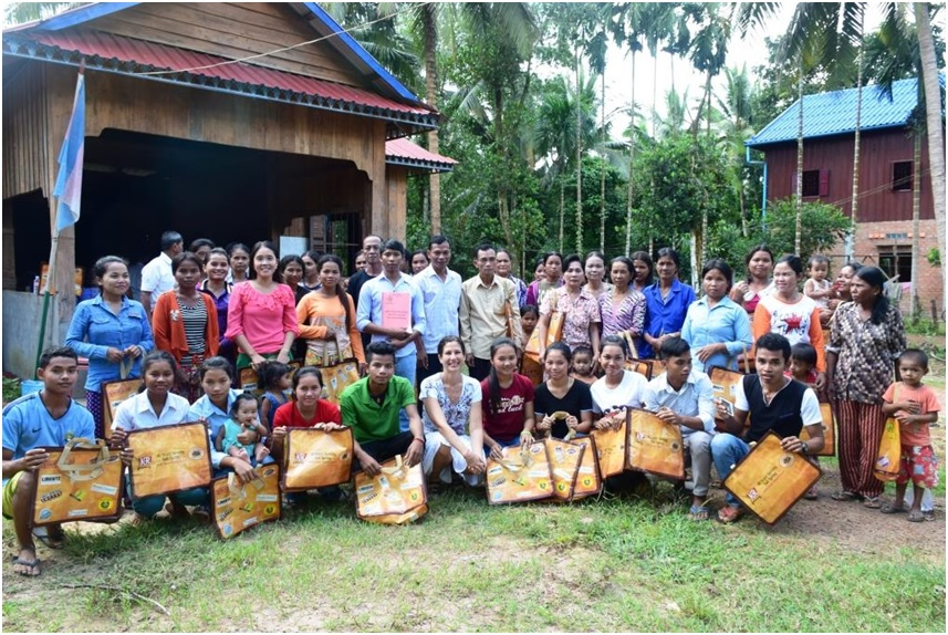 Chi Phat Green Ambassadors Distribute Reusable Shopping Bags