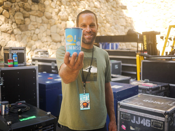Jack Johnson holds up the free steel cups each concert goer received. Photo by Brandise Danesewich @antimodel