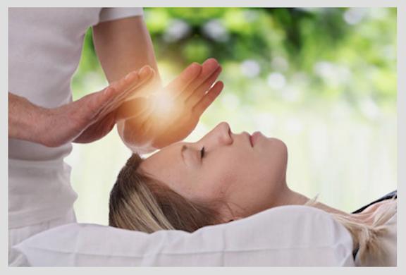 Le reiki est la transmission de l'énergie vitale universelle au patient
