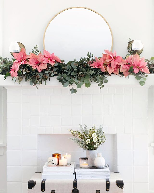 Same time last year 🎄✨ Because our place isn't big enough for a Christmas tree, I have been decorating our mantle the past couple of years to add some holiday cheer. I almost love this more 🌺