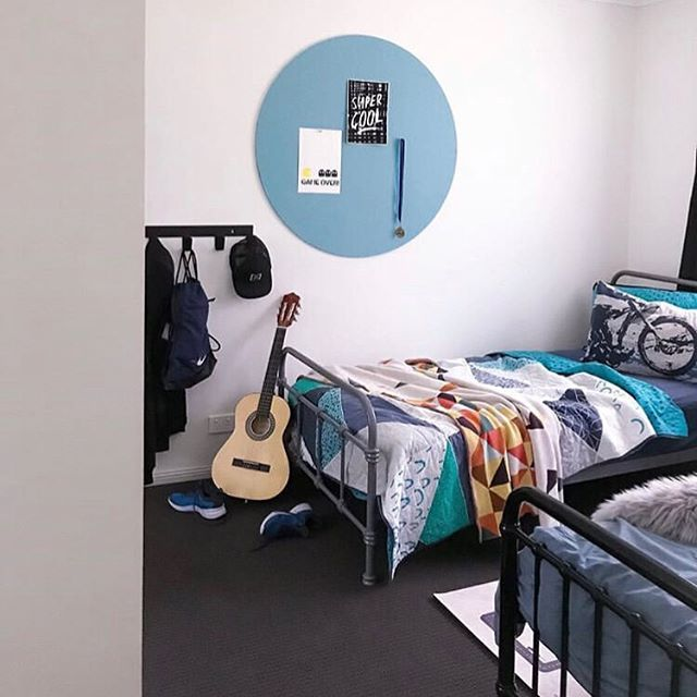 Have u ever seen a 12 year olds room look this tidy?? @thestylingmama  #pinboard . . . . . . #bedroomdecor #bedroomideas #tidyroom #visionboard #officeinterior #visionboards #mumstyle #mumswhostyle #brisbane #brisbanelocal #madeinaustralia #organized #declutteryourlife #decluttering #organiser #teenagerroom #guitarrock #decorationideas #sustainablebrand #brisbanemade #recycledart #recycledplastic #tidyroom #pinned #interiordecorating #sachianddaphs #sddecor